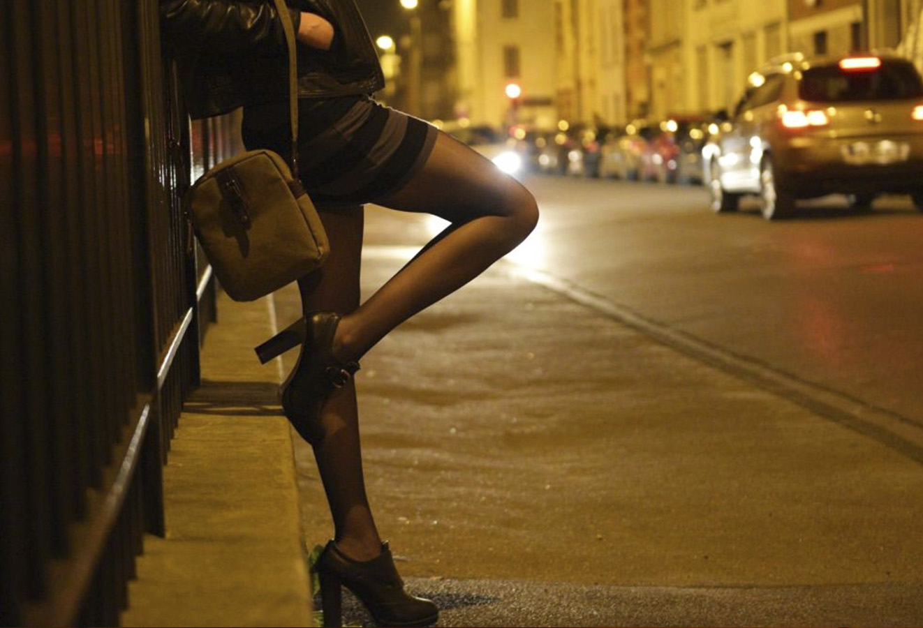 проститутка ждет клиента на улице